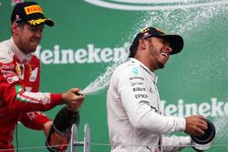 Переможець гонки Льюїс Хемілтон, Mercedes AMG F1, святкує на подіумі