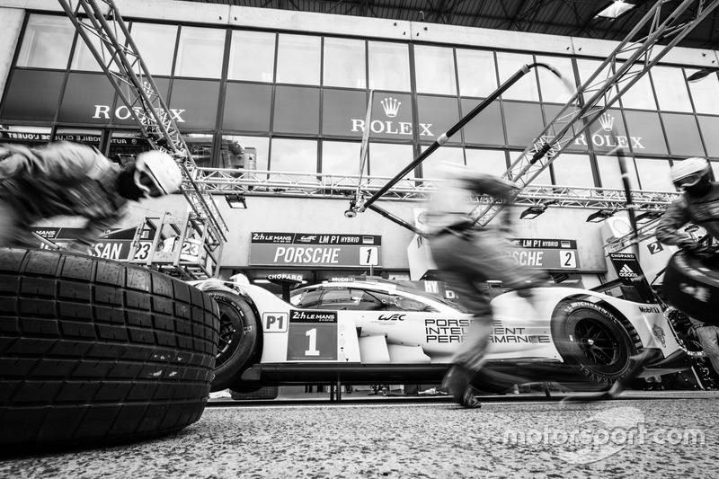 Práctica de pit stop para #1 Porsche Team Porsche 919 Hybrid: Timo Bernhard, Mark Webber, Brendon Hartley