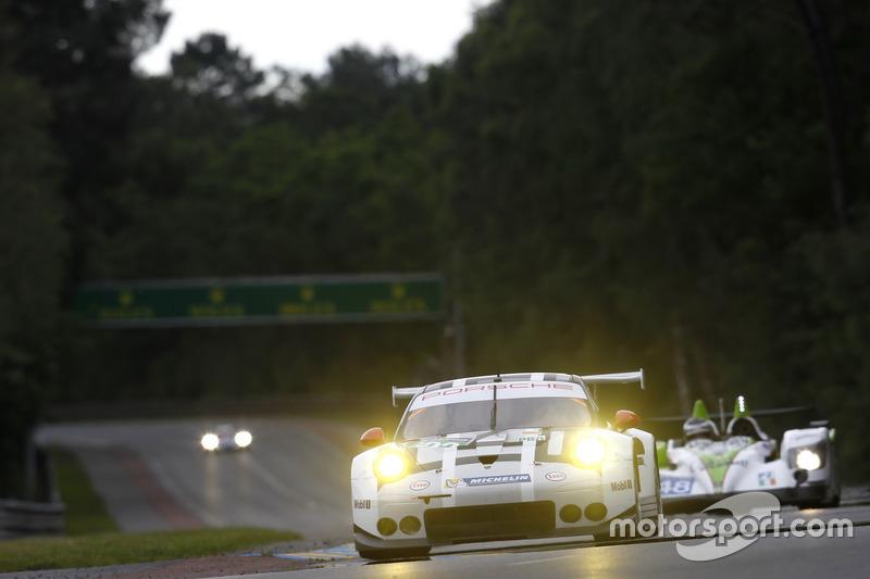 35: Porsche 911 RSR (№92): Эрл Бамбер, Фредерик Маковецки, Йорг Бергмайстер