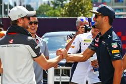 (Зліва направо): Ромен Грожан, Haas F1 Team та Даніель Ріккардо, Red Bull Racing на параді пілотів