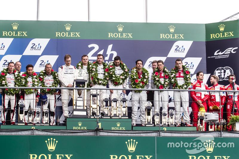 LMP1 podium: ganadores #2 Porsche Team Porsche 919 Hybrid: Romain Dumas, Neel Jani, Marc Lieb, segundos #6 Toyota Racing Toyota TS050 Hybrid: Stéphane Sarrazin, Mike Conway, Kamui Kobayashi, terceros #8 Audi Sport Team Joest Audi R18: Lucas di Grassi, Loic