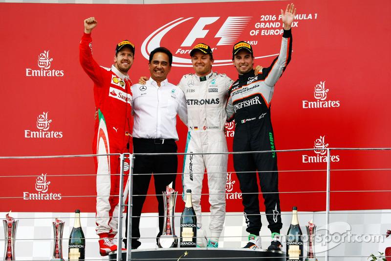 Sebastian Vettel, Ferrari, segundo; Nico Rosberg, Mercedes AMG F1, ganador; Sergio Pérez, Sahara Force India F1