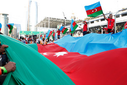Фанаты с флагом Азербайджана у подиума