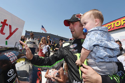Pemenang lomba Sam Hornish Jr., Joe Gibbs Racing Toyota bersama son Sam Hornish III