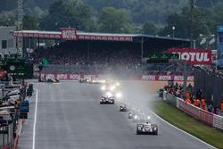Después de 50 minutos, el comienzo real: #2 Porsche Team Porsche 919 Hybrid: Romain Dumas, Neel Jani, Marc Lieb l conduce el campo