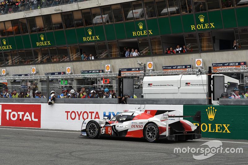 Wie zat er achter het stuur van de Toyota die een ronde te kort kwam voor de Le Mans-winst?