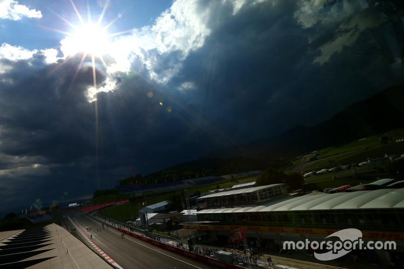 El sol detrás de nubes oscuras sobre el circuito