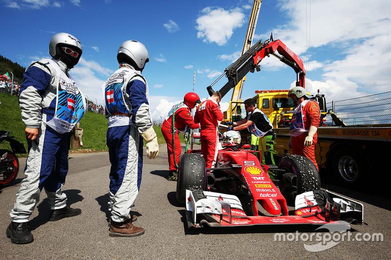 Sebastian Vettel, Ferrari SF16-H va in testacoda durante la seconda sessione di prove