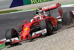 Кими Райкконен, Ferrari SF16-H выехал за пределы трассы