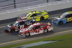 Kyle Larson, Chip Ganassi Racing Chevrolet, Denny Hamlin, Joe Gibbs Racing Toyota