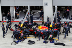 Daniel Ricciardo, Red Bull Racing RB12 makes pit stop