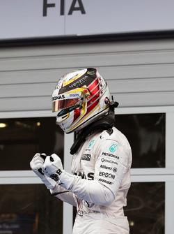 Ganador de la carrera Lewis Hamilton, híbrido de Mercedes AMG F1 W07 celebra enparc ferme