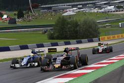 Carlos Sainz Jr., Scuderia Toro Rosso STR11 und Marcus Ericsson, Sauber C35