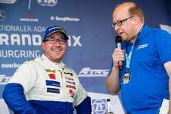 Jochen Hahn, MAN, mit FIA-Pressesprecher Sam Smith