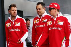 (Balról - Jobbra): Sebastian Vettel (Ferrari) és Diego Ioverno, a Ferrari operatív igazgatója and Kimi Raikkonen (Ferrari)