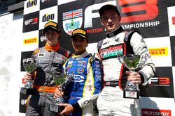Подиум: Ландо Норрис (победитель), Матеус Лейст (второе место) и Уилл Палмер (третье место)