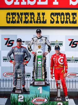 Подиум: Джозеф Ньюгарден (победитель гонки), Уилл Пауэр (второе место) и Скотт Диксон (третье место)