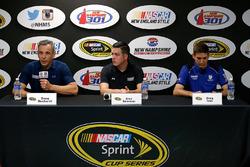 Doug Duchardt, gerente general de Hendrick Motorsports, Alex Bowman y Greg Ives, jefe del equipo de Dale Earnhardt Jr.