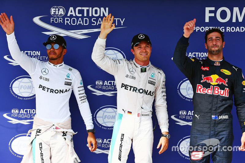 Ganador de la pole Nico Rosberg, Mercedes AMG F1, segundo lugar Lewis Hamilton, Mercedes AMG F1, y tercer puesto Daniel Ricciardo, Red Bull Racing