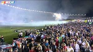 Fuego pirotécnico aterriza en el auto de Austin Dillon