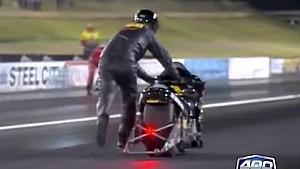 Des motards terminent une course de dragster à pied!
