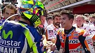 Valentino Rossi dan Marc Marquez berjabat tangan