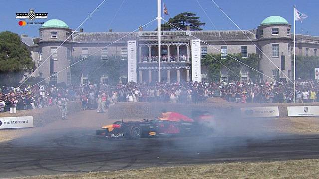 Un Red Bull RB8 haciendo 'donuts' en Goodwood